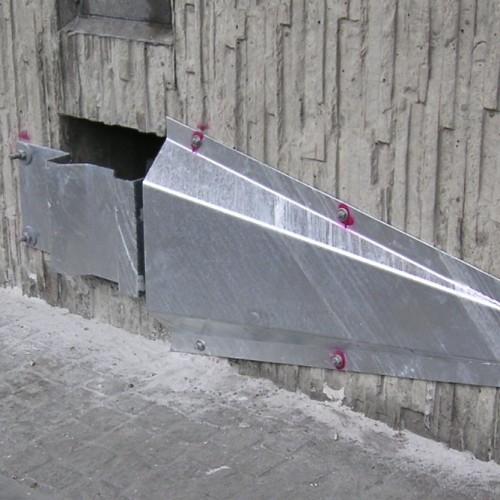 Anker-Prallschutz mit zusätzlichem Sturz-Abweiser entlang einer Autobahn.