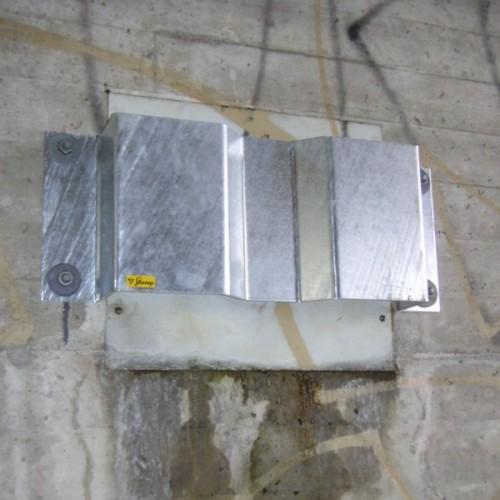 Anker-Prallschutz über bestehender Witterungs-Schutzplatte