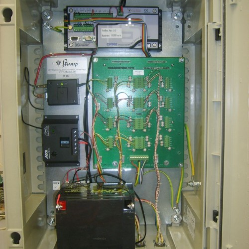 Datenlogger für den Anschluss von 3 Thermistorenketten. Mit eingebautem GPRS-Modem und Solar-Laderegler.